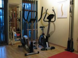 ... mit Crosstrainer, Ergometer, MTT-Seilzuggeräten, Sprossenwand, Gymnastikmatte und vieles mehr.
