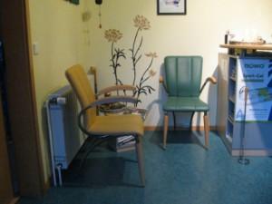 Der Wartebereich, sollten Sie ausnahmsweise einmal warten müssen, können Sie hier in gemütlicher Umgebung sitzen, sich ausruhen und Zeitschriften lesen.
